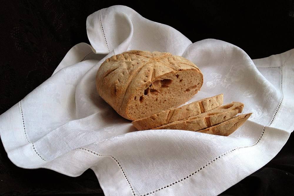 Французский деревенский хлеб с цельнозерновой мукой — один из моих первых опытов. В оригинальном рецепте печется на пшеничной закваске, но я взяла ржаную, поскольку на тот момент еще не вывела пшеничную. Хлеб получился тяжелым, у него неоднородный мякиш: слишком плотный, с большими дырками, сконцентрированными в одном месте. Думаю, дело было в неделикатной формовке и еще молодой закваске