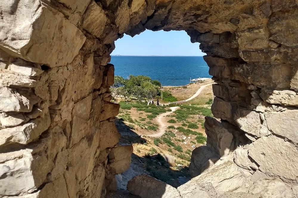 Из проемов в стенах крепости открывается прекрасный вид на море
