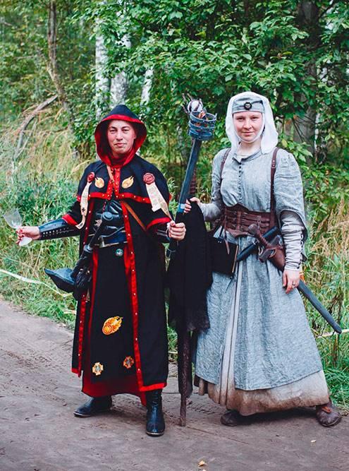 Это мой фантазийный костюм с игры «Вархаммер2017. Сумрачный лес». Я была магом Серого Колледжа. Не моего производства здесь только обувь и портупея. Все остальные элементы образа я сделала сама, в томчисле книгу с искусственно состаренными страницами в кожаной обложке, — она висит у меня на поясе. Новичку бывает непросто с первого взгляда отличить историчную одежду от некоторых экземпляров фантазийной, но потом появляется насмотренность, поэтому со временем все становится гораздо понятнее. Источник: Алена Зельвянская