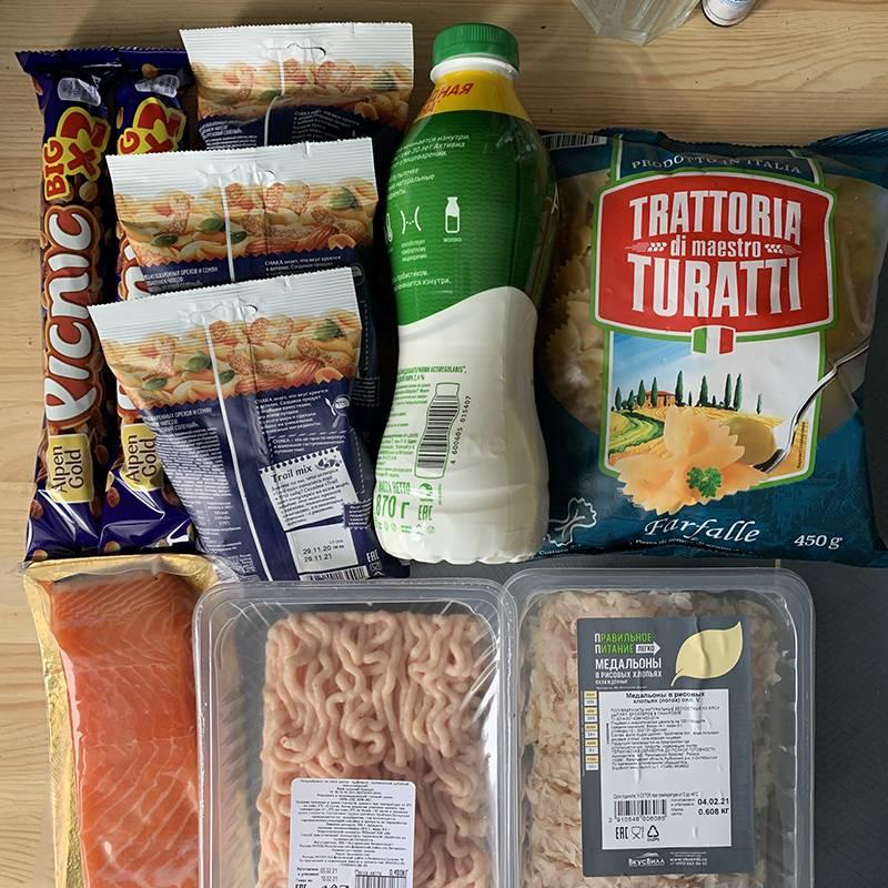 Поначалу у меня была идея делать подобные геометрически выверенные фотографии всех продуктов, которые мы покупаем и едим, но потом я забыл об этом, поэтому это будет первое и последнее подобное фото в дневнике