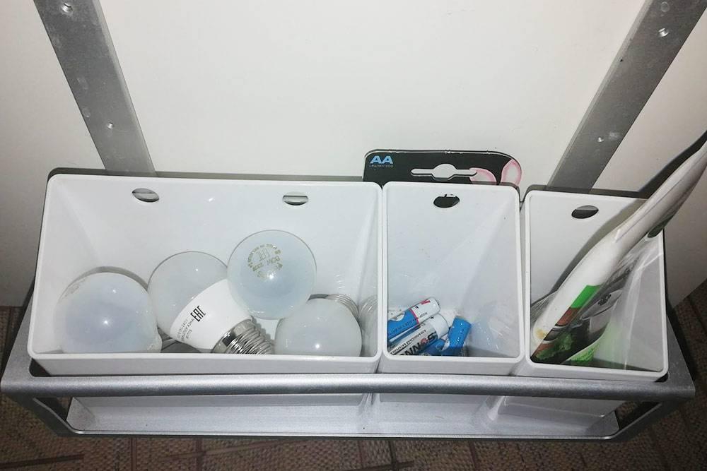 Использованные батарейки и лампочки мы храним подмойкой