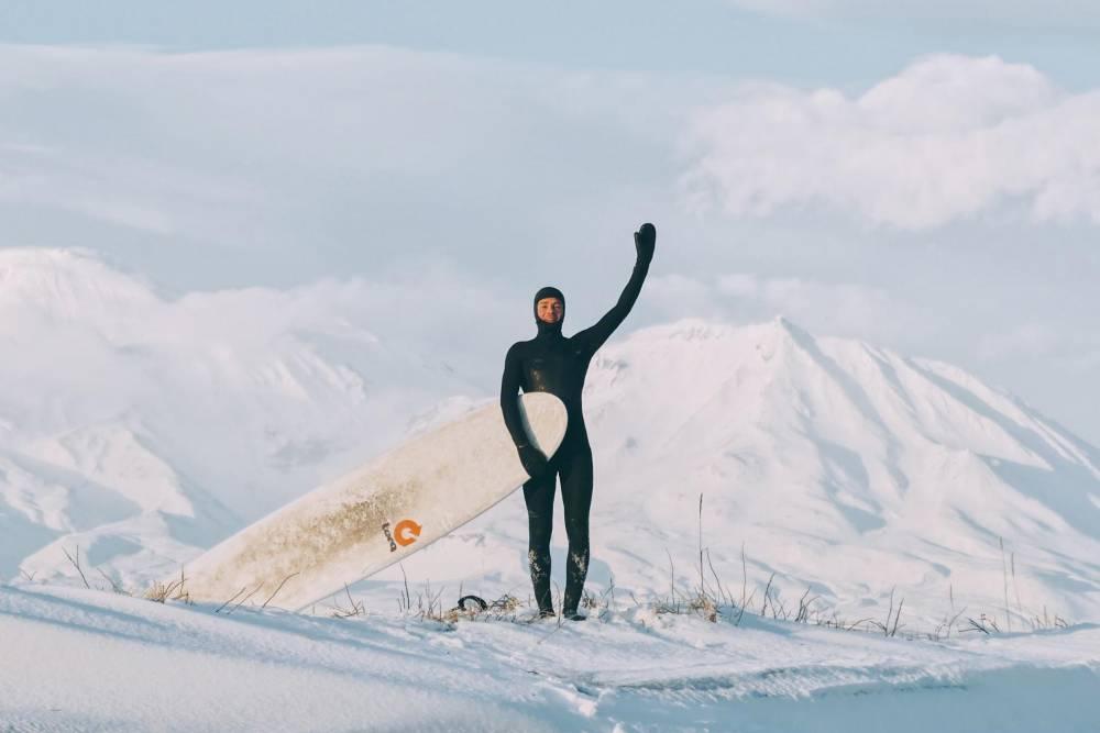 Серфинг на фоне заснеженных вулканов. Источник: Анастасия Цуркина