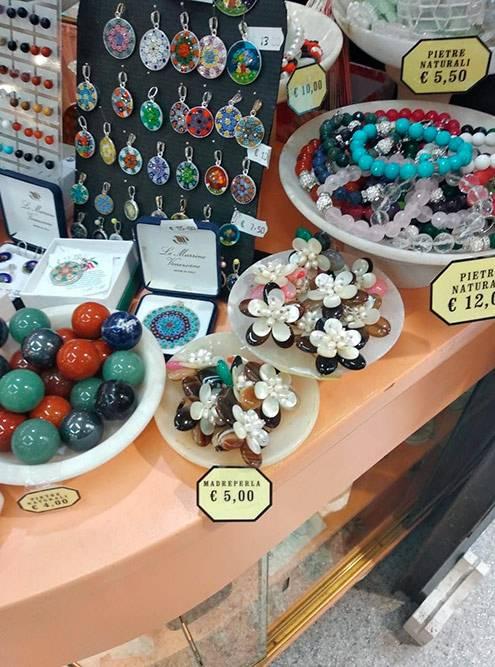 Сувениры в уличном магазине в Вольтерре