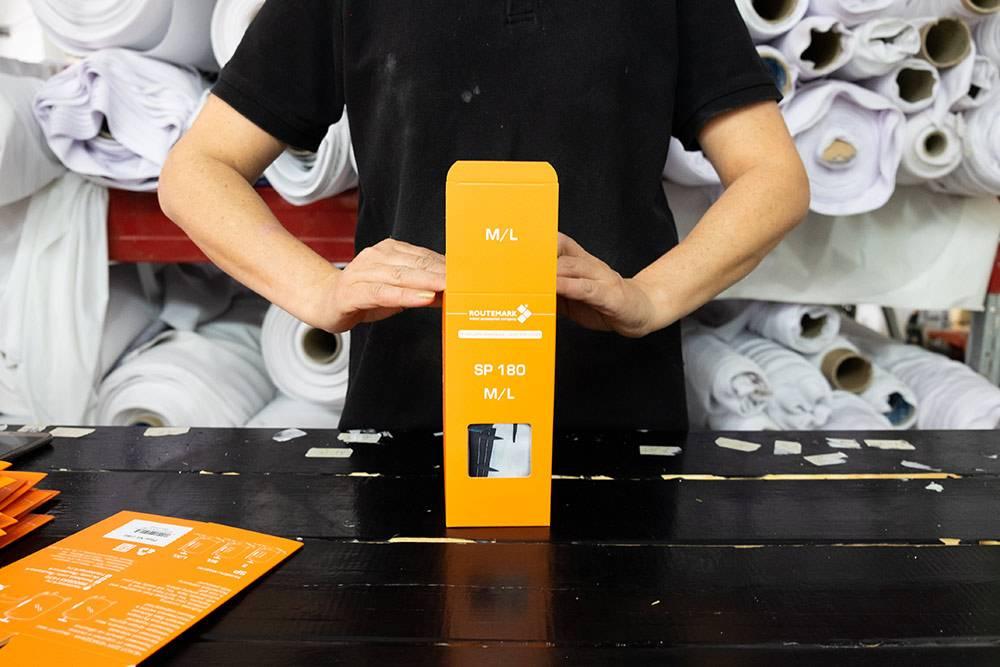 Готовые чехлы упаковывают в специальную коробку
