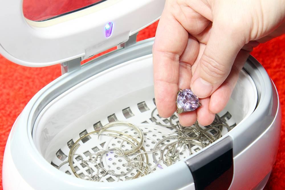 Во время ультразвуковой чистки ювелир погружает украшение в небольшую ванну, заполненную специальным химическим раствором. Ванна создает колебания с частотой от 18 до 120кГц ультразвукового диапазона. Это очищает даже стойкие загрязнения. Источник: Fotoknips/ Shutterstock