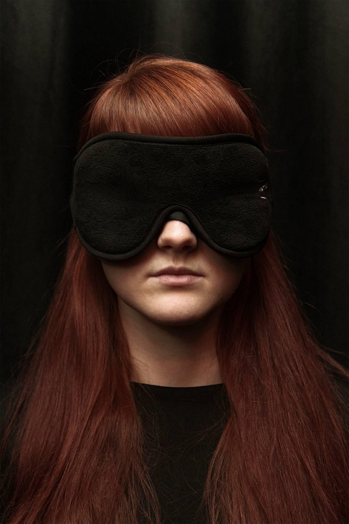 Во время игры участники сидят в таких масках с закрытыми глазами. Они могут взаимодействовать с воображаемым миром, общаться друг с другом и с героями, которые встречаются по пути