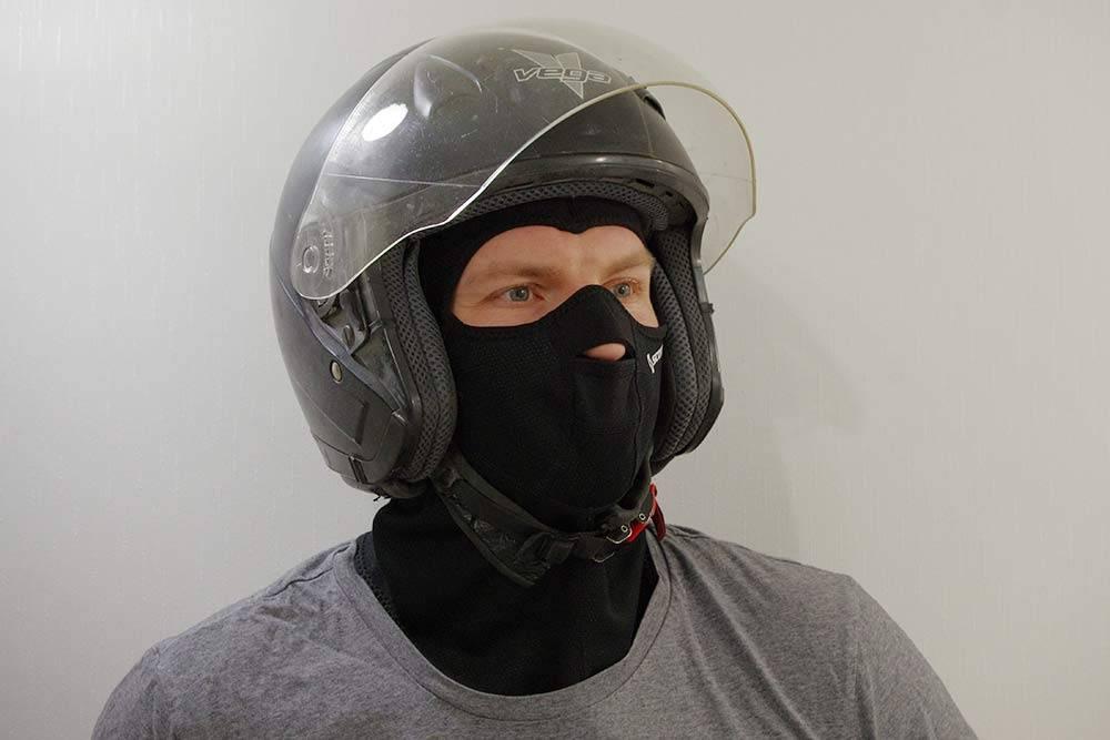 У «Веги» нет защиты челюсти — такие шлемы называют «3/4» или открытыми. Они легче, у них лучше обзор и они меньше запотевают. Думаю, дляскоростей мопеда больше и не нужно