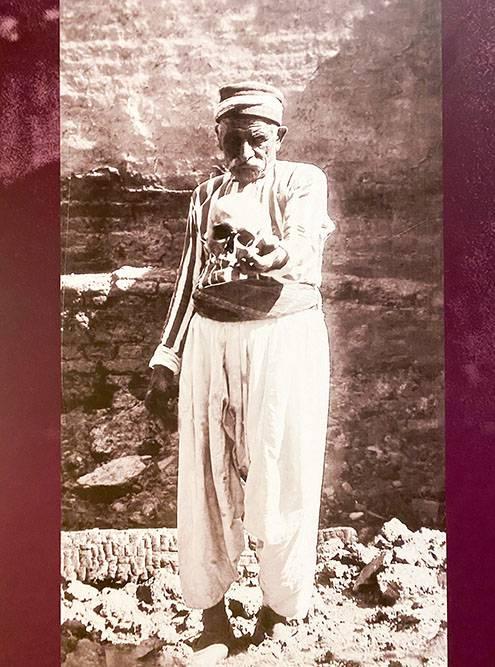 Фотография из коллекции музея. Здесь армянин держит в руке череп своего сына