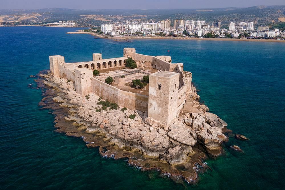 Глядя на этот замок, я вспомнила о крепости из передачи «Форт Боярд», которую смотрела в детстве