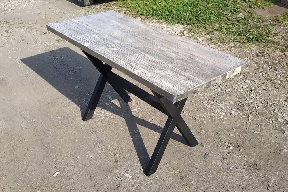 Это фотография самого первого стола — металлическая основа, деревянная рабочая поверхность