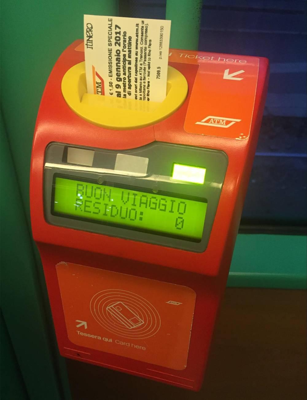 Компостер в трамвае сверяет время поездки, желает счастливого путешествия и показывает остаток поездок на билете или карте