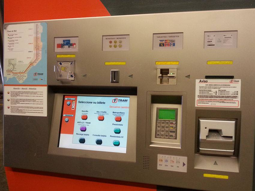 В левом верхнем углу экрана — кнопка выбора языка
