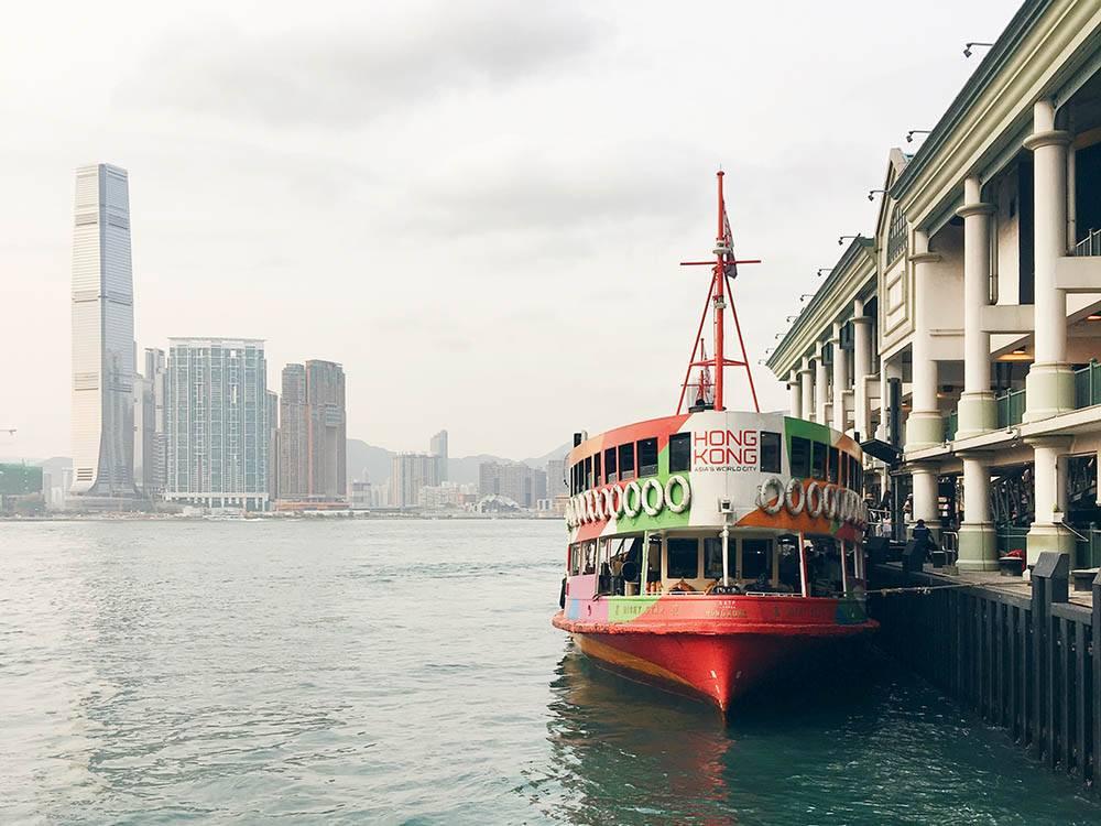 Между островами Гонконга ходят паромы. Знаменитый паром «Стар-ферри» соединяет остров Гонконг и материковую часть Гонконга и ходит по этому маршруту больше ста лет. Проезд стоит всего 2$ по рабочим дням и 3$ по выходным