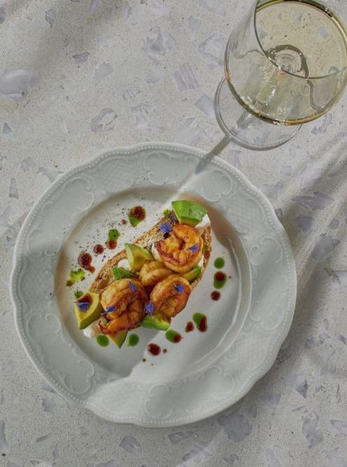 Брускетту с креветками и авокадо в соевой карамели заказывают к белому вину. Источник: prosa.breakfastbar / «Инстаграм»