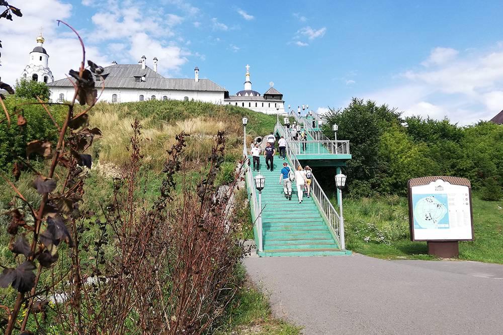 Большинство туристов поднимаются по лестнице: этот путь короче, а еще тут не ездят машины