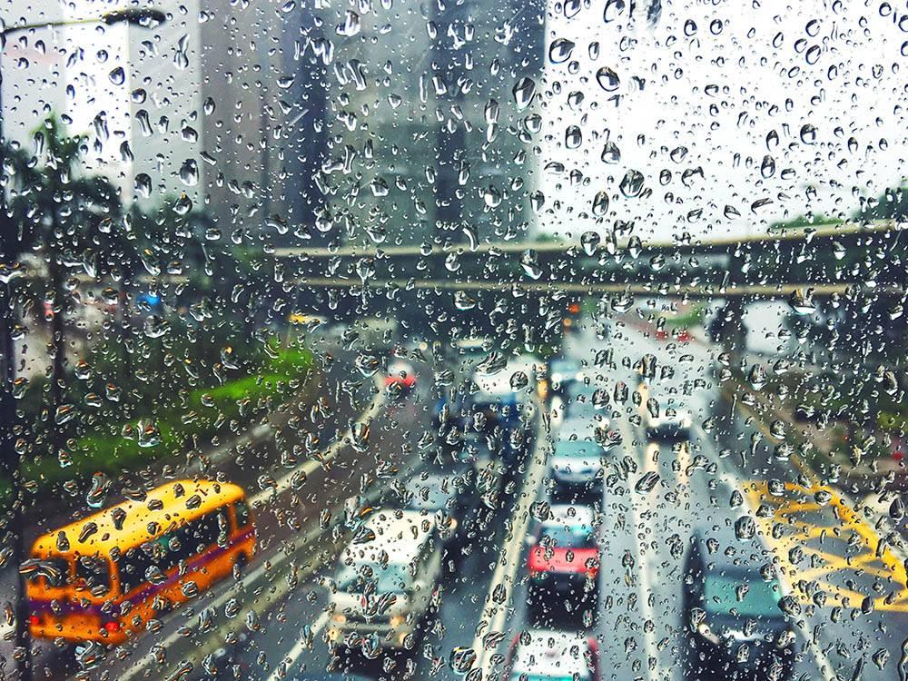 С апреля по октябрь в Гонконге сезон дождей. Спасают крытые воздушные переходы на улицах и вдоль зданий