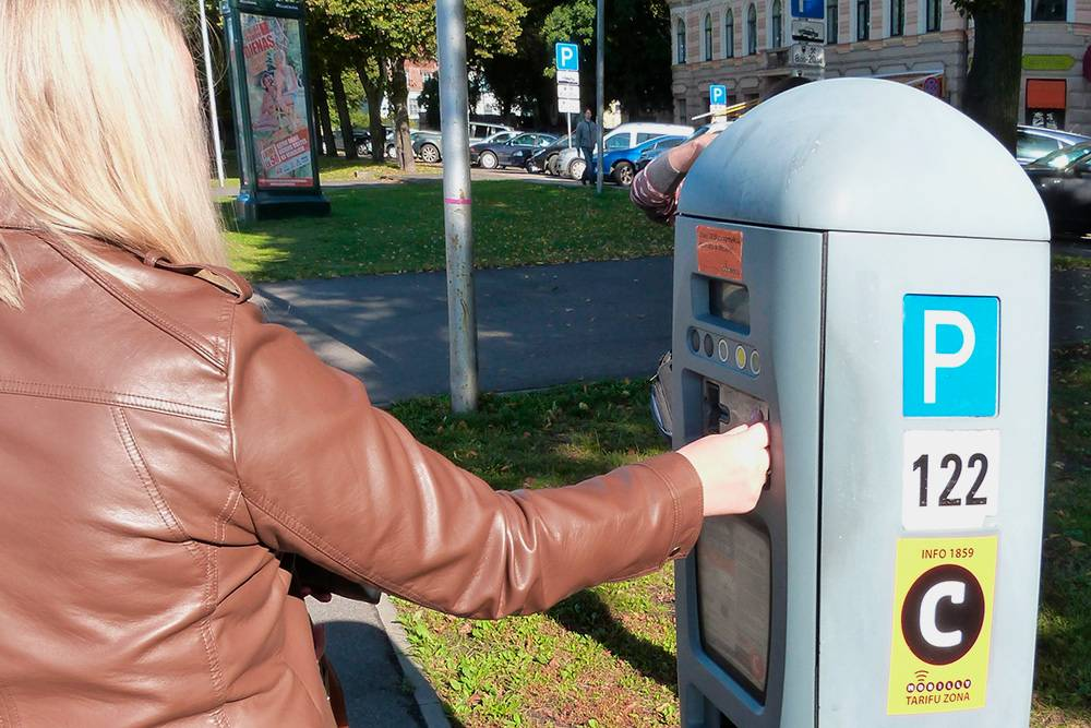 Штраф за парковку в неположенном месте оставляют на лобовом стекле. Его дешевле оплатить сразу: по истечении времени он может вырасти в пять раз
