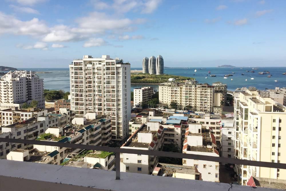 Вид с крыши нашего отеля на острове Хайнань в Китае. Здесь у нас проходили завтраки. Путевка на двоих на неделю обошлась в 35 000<span class=ruble>Р</span>