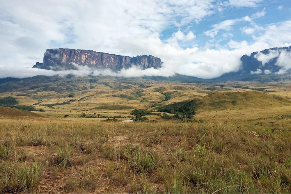 Вид на долину Паратепуй и Рорайму в начале второго дня трекинга