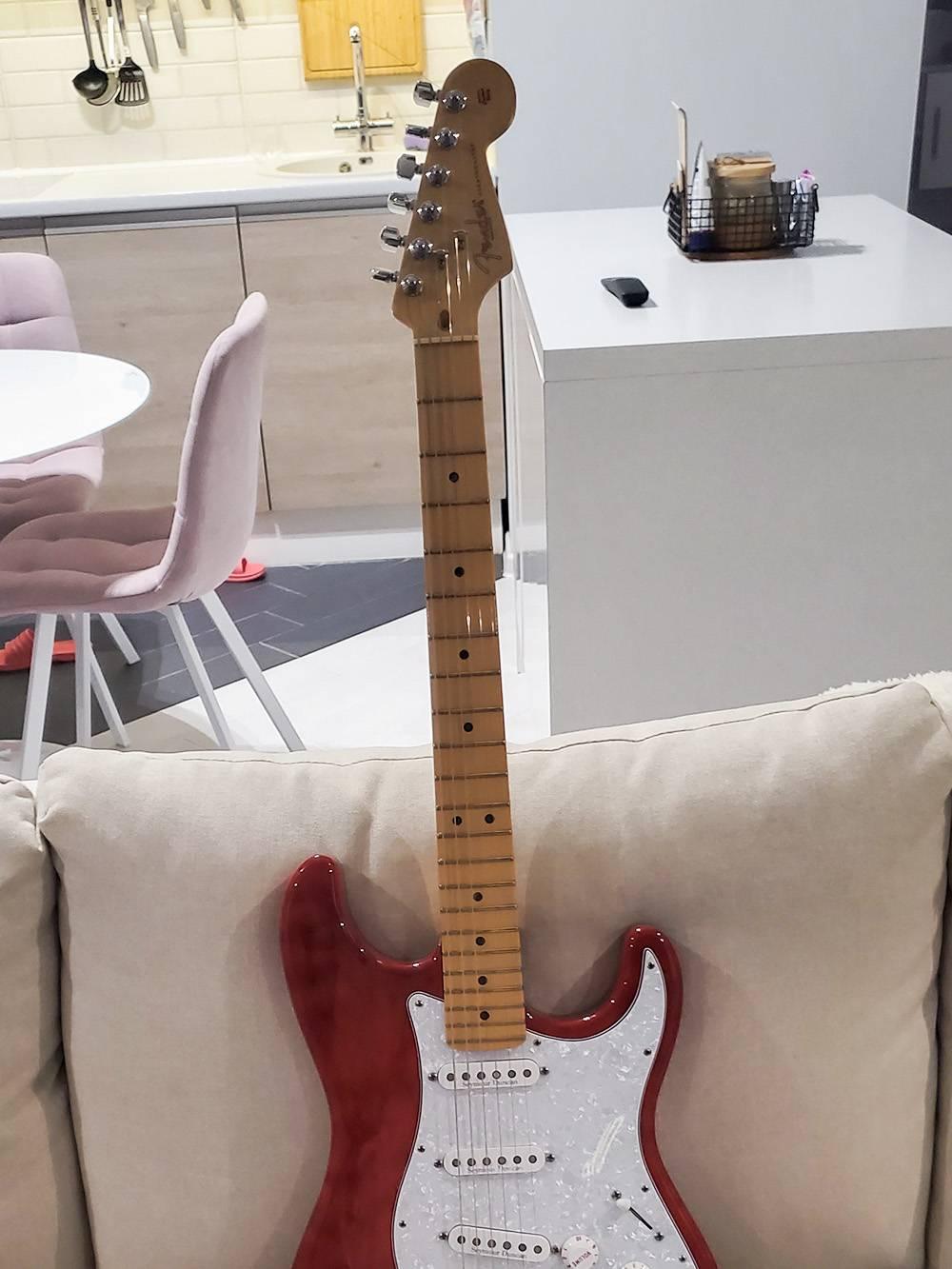 От оригинала остался только гриф с надписью Fender