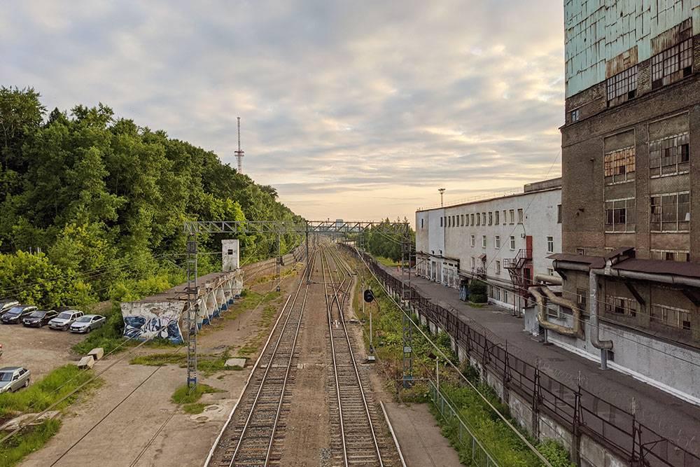 Остановки на окраинах выглядят ужасно. На фото — железнодорожная станция Славянова рядом с «Мотовилихинскими заводами»