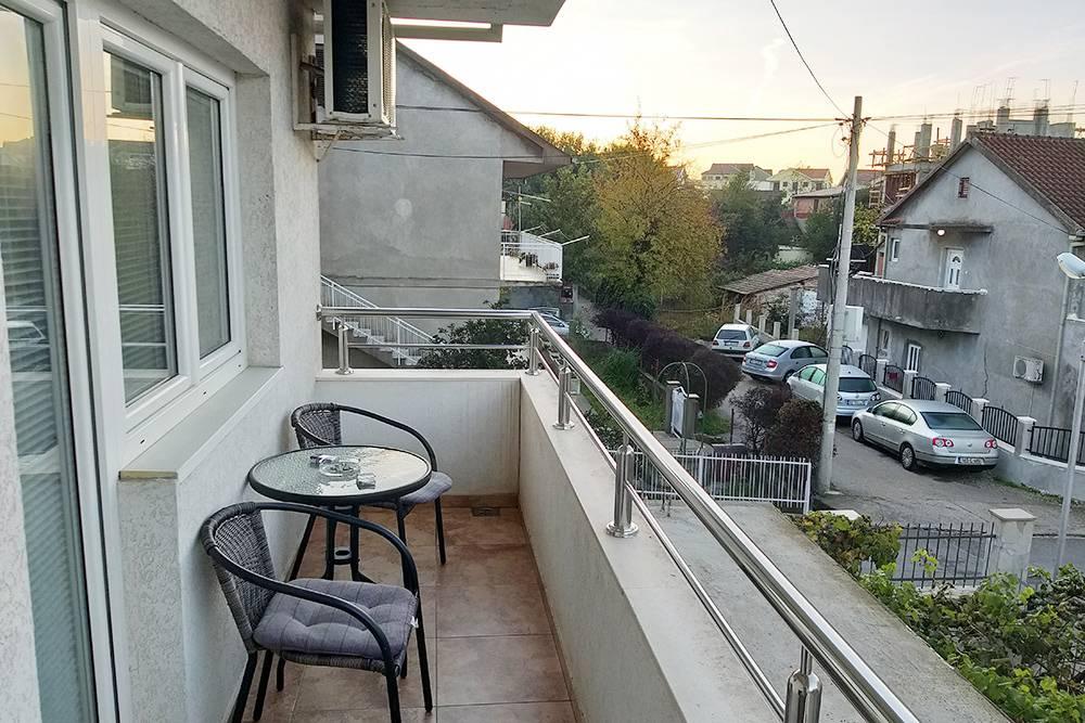 Балконы в апартаментах в Черногории большие — два человека помещаются без проблем