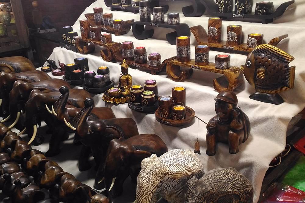 Глазеть на различные сувениры на ночных рынках — одно из любимых занятий туристов по вечерам