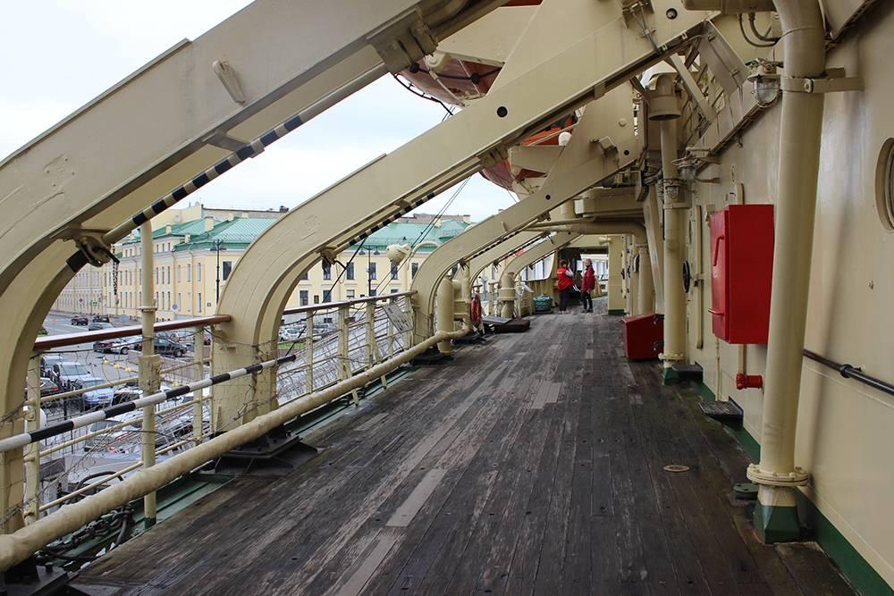 Эти старые темные доски палубы сделали из тика