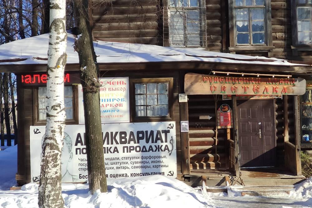 За собором в деревянном доме находится лавка, где продают сувениры и антиквариат