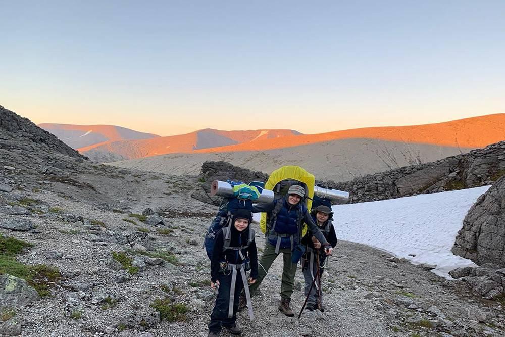 На вершине перевала Юмъекорр, с которого нам потом еще полтора часа предстоит спускаться по сыпухе