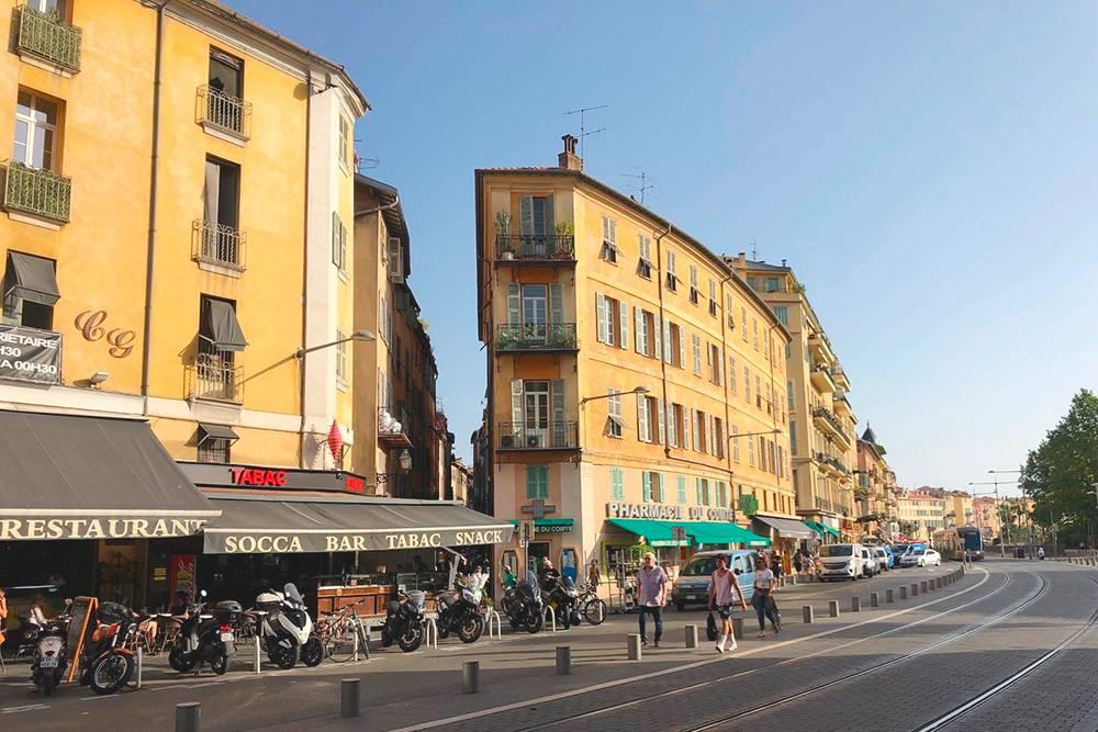 С широкого современного проспекта в Ницце можно свернуть на маленькую узкую улочку словно из другого города