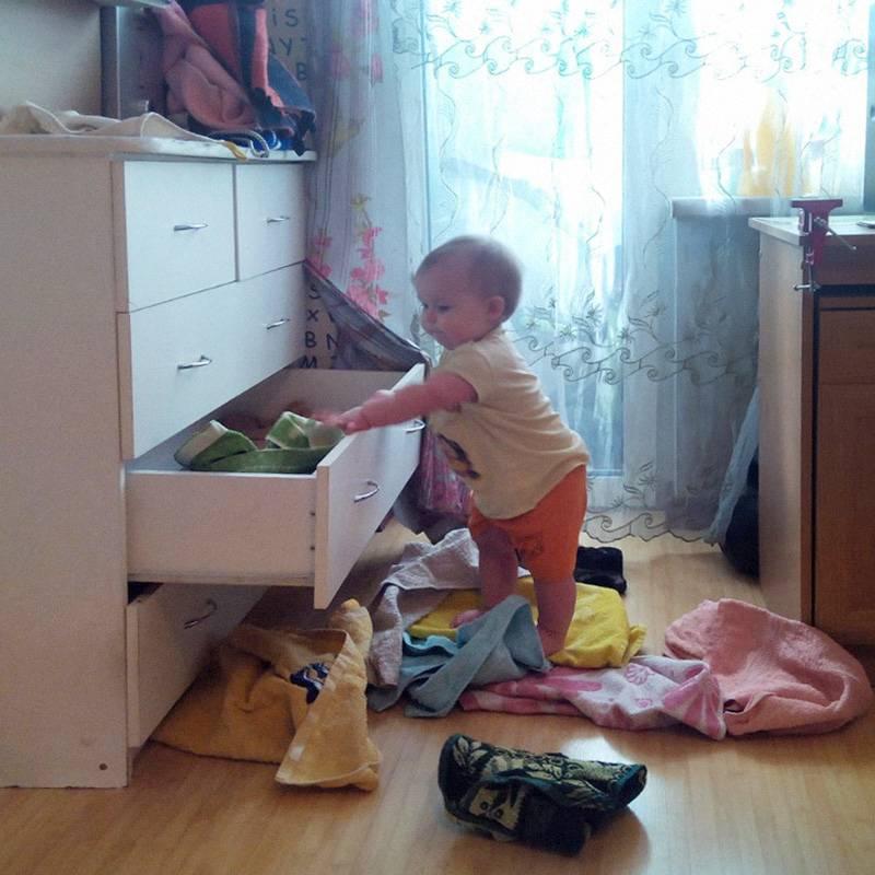 Когда на ящиках нет замков, у ребенка появляется новая веселая игра