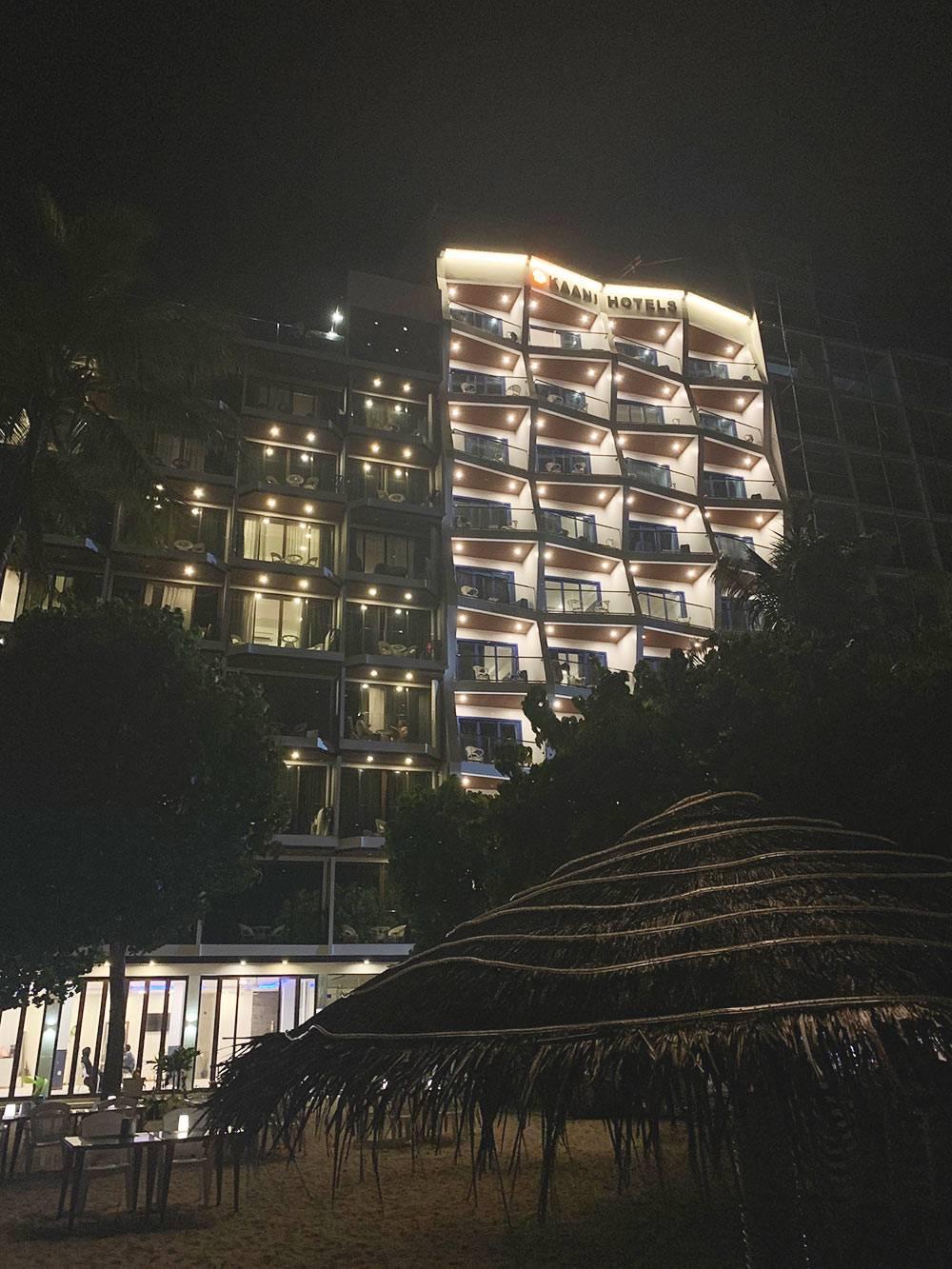 Так выглядит один из отелей сети Kaani. Справа возводят новый корпус: остров активно застраивают
