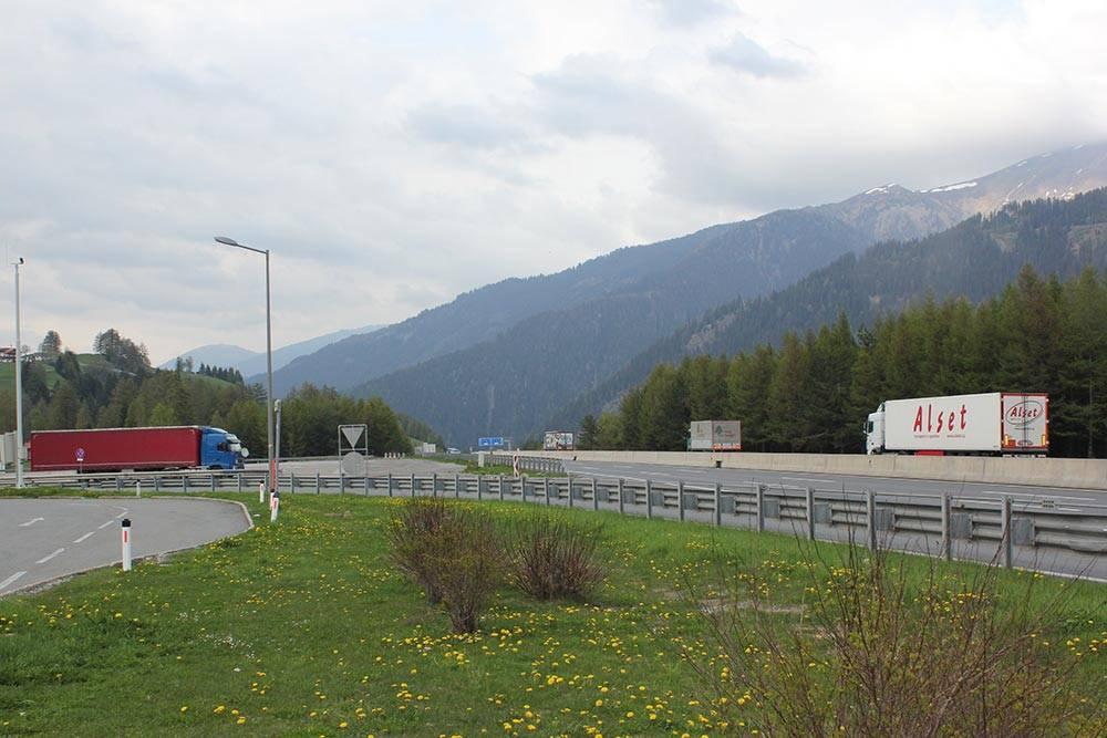 Скоростная магистраль на границе Германии и Австрии. Прекрасные горные пейзажи и отличное дорожное покрытие