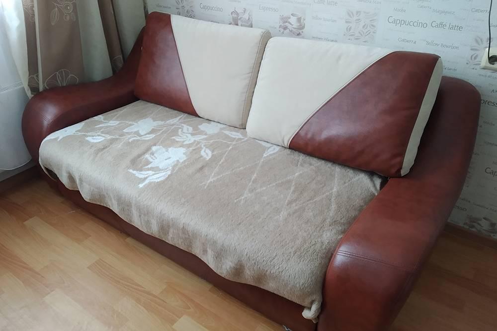 На этом диване я спал до покупки каркасной кровати с матрасом. Сейчас я его использую на кухне