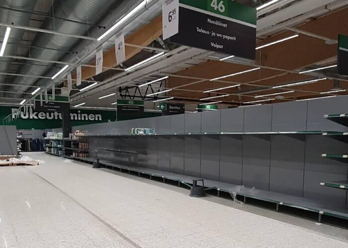 В первую очередь из супермаркетов выносят туалетную бумагу