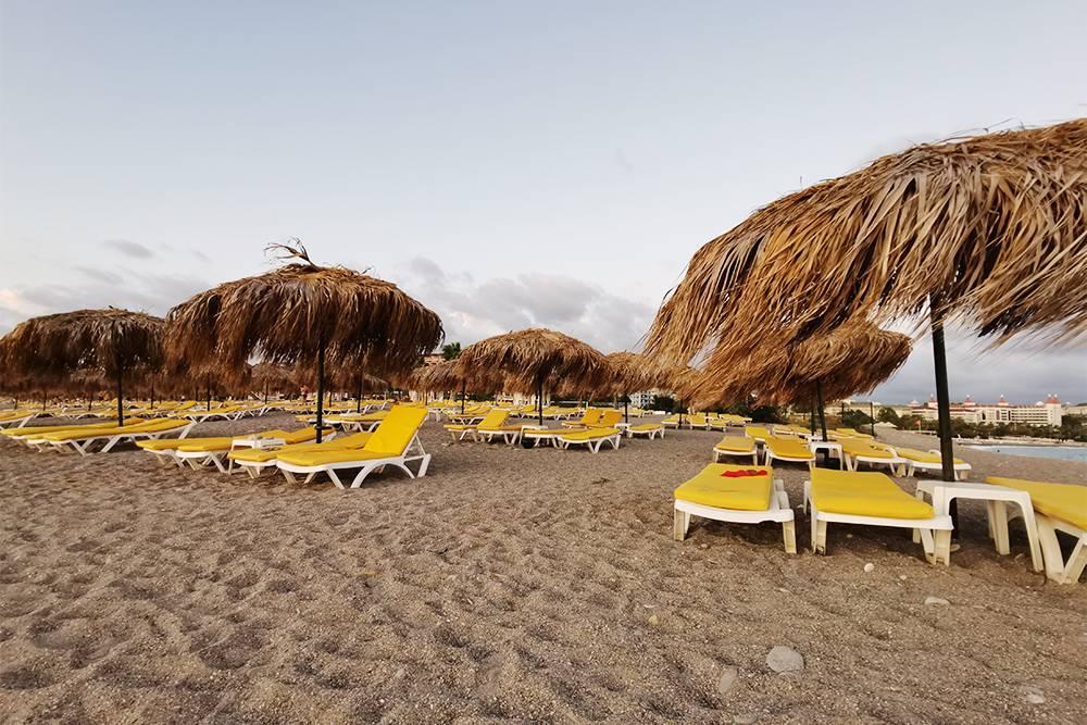 Хотел бы тут написать, что толп туристов мы не встретили, но на самом деле на пляже нашего отеля пустых лежаков не было. А это фото с пляжа соседнего отеля в 6—7 часов вечера, когда люди уже ушли на ужин