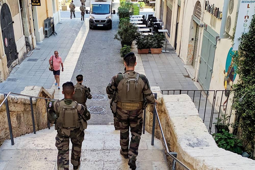 Это не полиция, а специальный армейский патруль. К знаменитому Французскому легиону эти ребята не имеют отношения, так как Французский легион — это армия дляиностранцев, которых отправляют, как правило, не патрулировать улицы, а в куда более опасные места