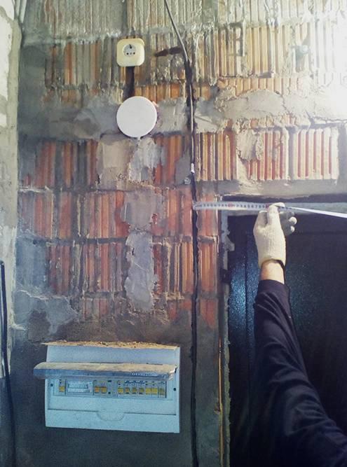 Эта розетка подпотолком — дляроутера: интернет-кабель в квартире уже был