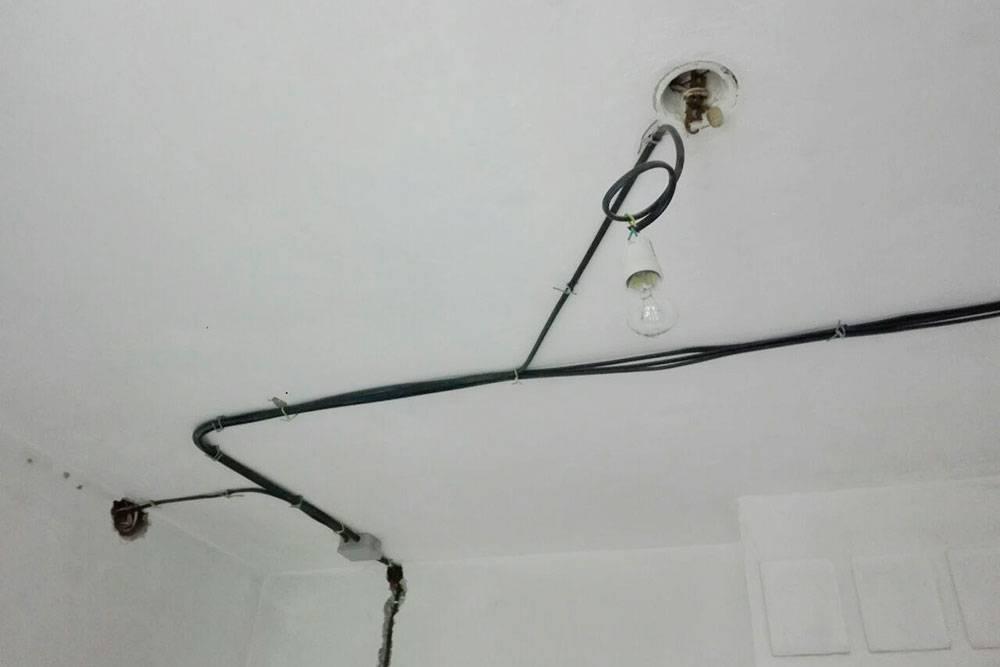 Иногда провода длязащиты помещают в гофру — это вроде пластикового шланга. Но в стенах длянее пришлосьбы долбить глубокие штробы, это лишнее время, мусор и шум. Так что мы разводили провода безгофры