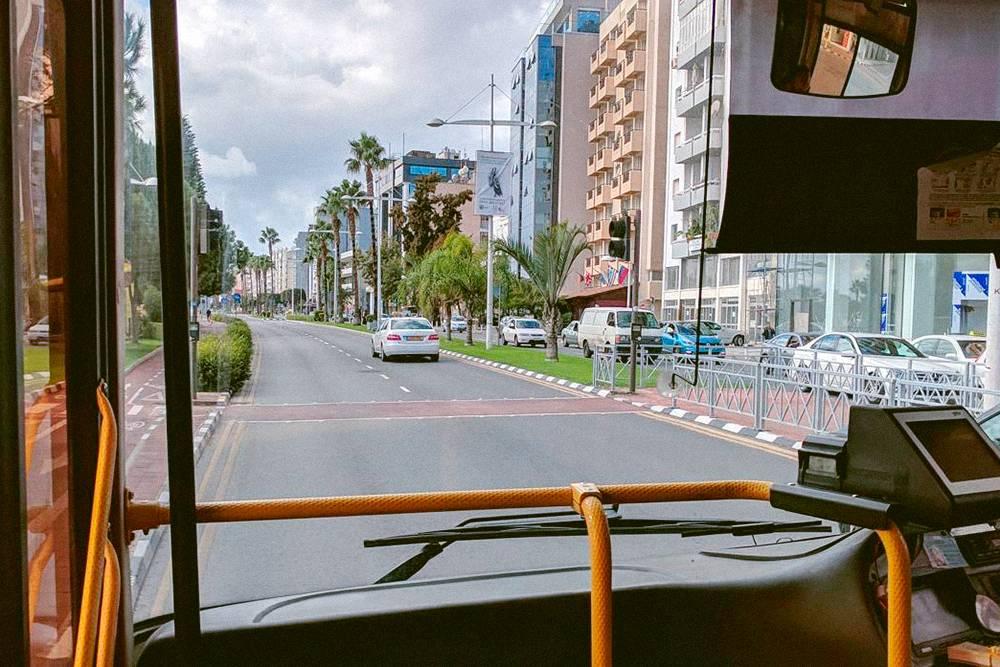 Автобусы тут ходят с большими интервалами. Ездить на одном только общественном транспорте, живя на Кипре, очень неудобно