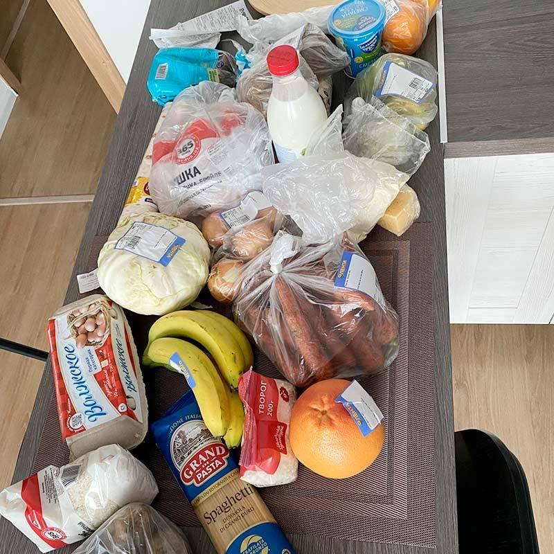 Этими продуктами мне предстояло питаться целую неделю. На фото нет только груш и овсяных хлопьев: я забыла выложить их на стол