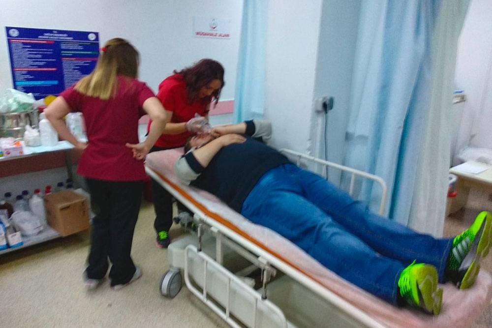 Кириллу промывают глаз физраствором в турецкой больнице. После промывания стало значительно легче, а еще через 4 дня глаз уже почти не беспокоил. Обошлось безспециального лечения