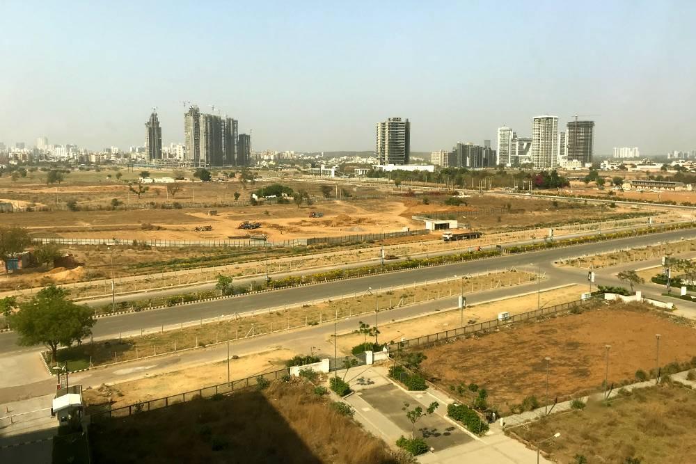 Вид из окна очень неожиданный — совсем не похоже на густонаселенную Индию. Но это дело времени: Гургаон активно застраивают
