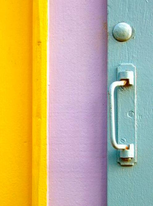 Я снова нашла несколько картинок в Пинтересте, чтобы убедиться, насколько гармонично сочетаются желтый, голубой и лиловый
