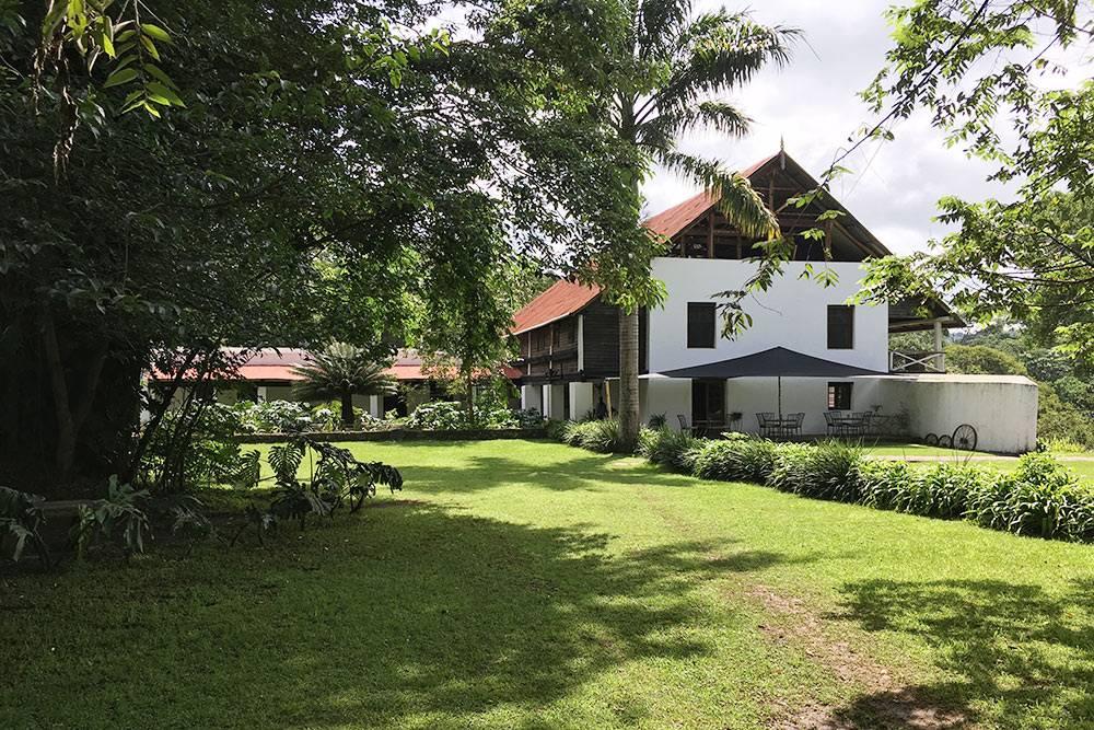 «Нгаре-серо» — бывшая колониальная ферма, переделанная подгорный лодж. Втаком доме располагаются несколько номеров, каминный зал истоловая. Лодж управляется одной немецкой-британско-русской семьей смомента основания в1974году