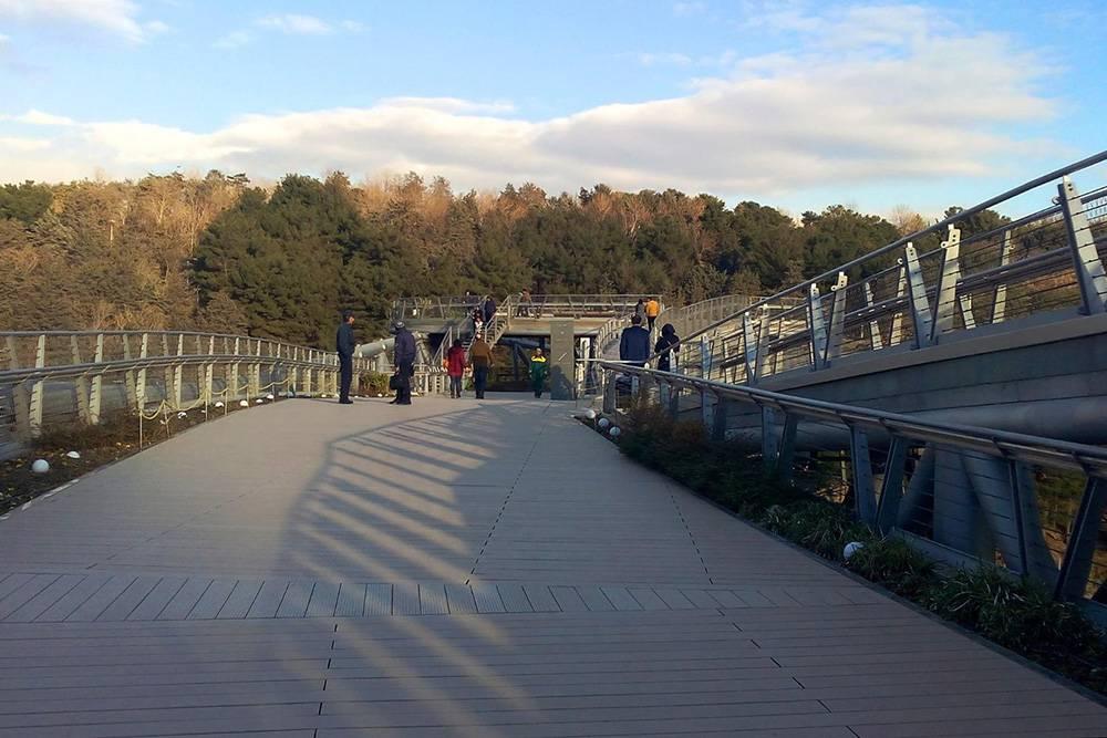 Табиат — не просто мост, а большая трехэтажная конструкция, здесь есть рестораны, кафе, магазины и скамейки дляотдыха