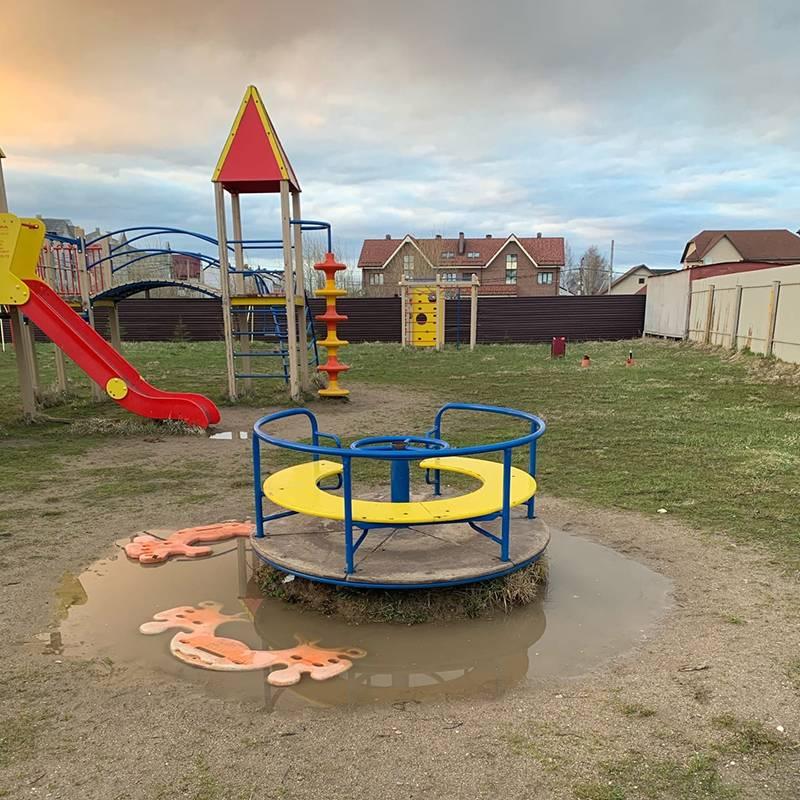 Единственная детская площадка в нашем районе. Так она выглядит весной