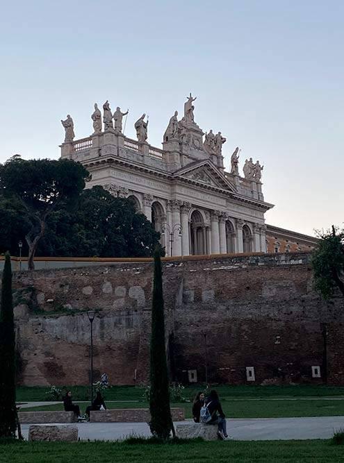 Парк перед базиликой Сан Джованни