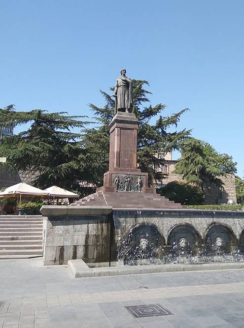 Памятник Руставели у одноименной станции метро. Проезд на метро стоит 0,50 ₾ (12 рублей)